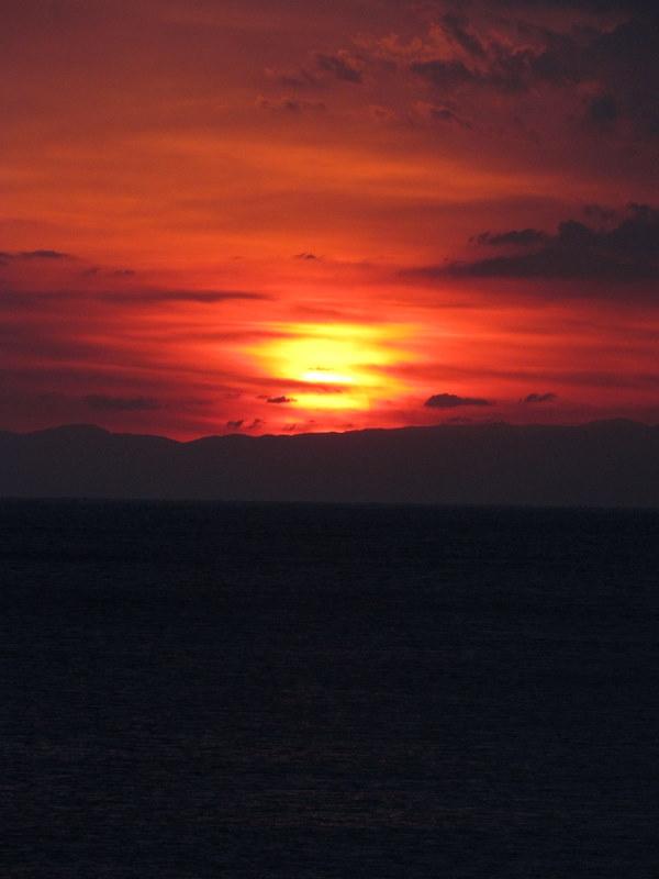 夕陽は低く見える伊豆半島に掛かり