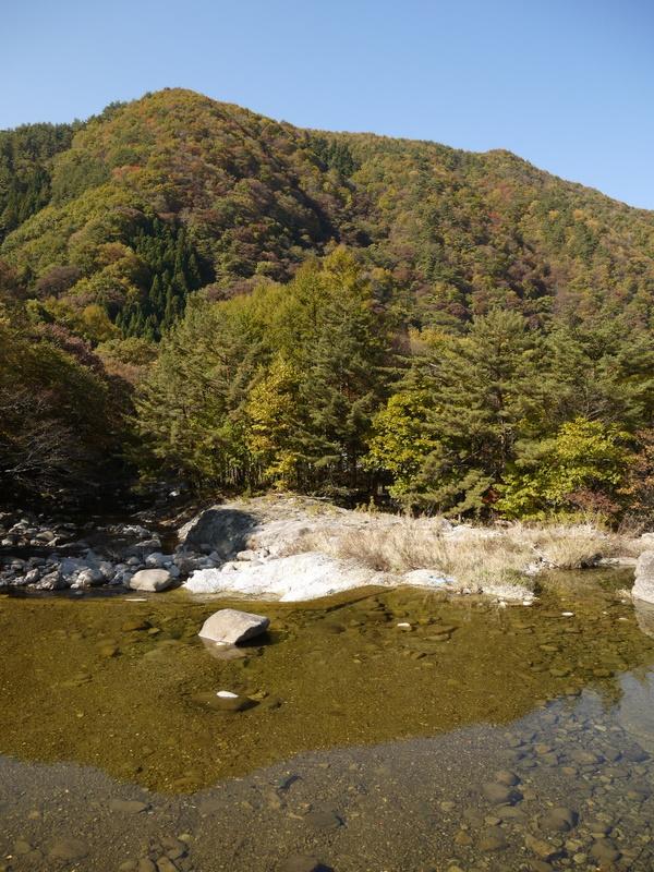 山を写す水の透明なこと