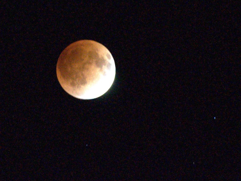 皆既直後の赤い月