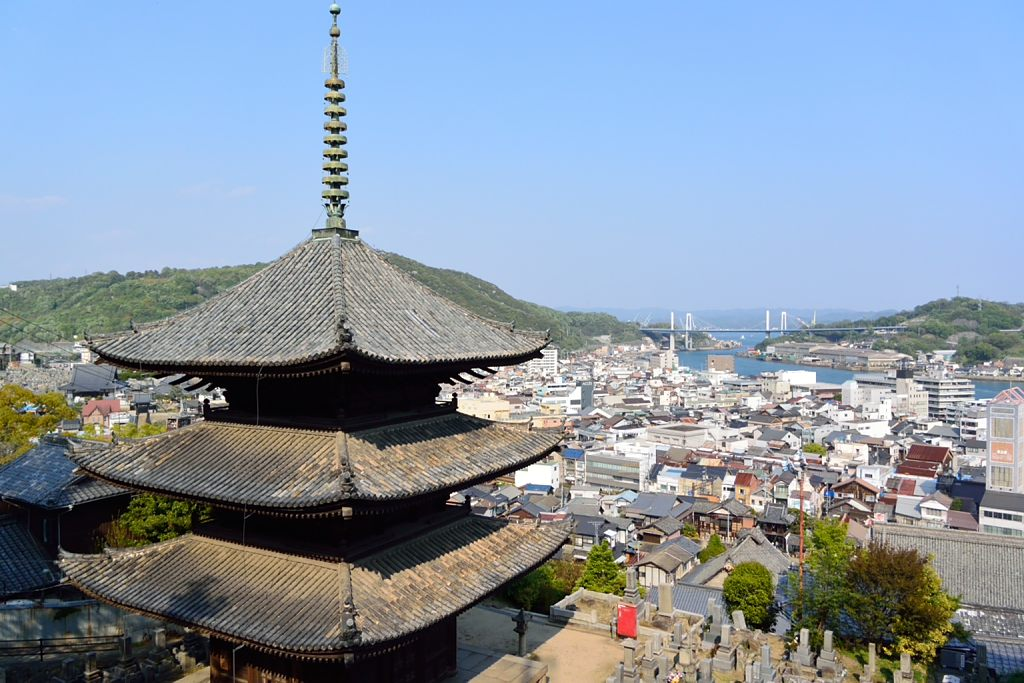 天寧寺三重塔越しに、尾道大橋を見る