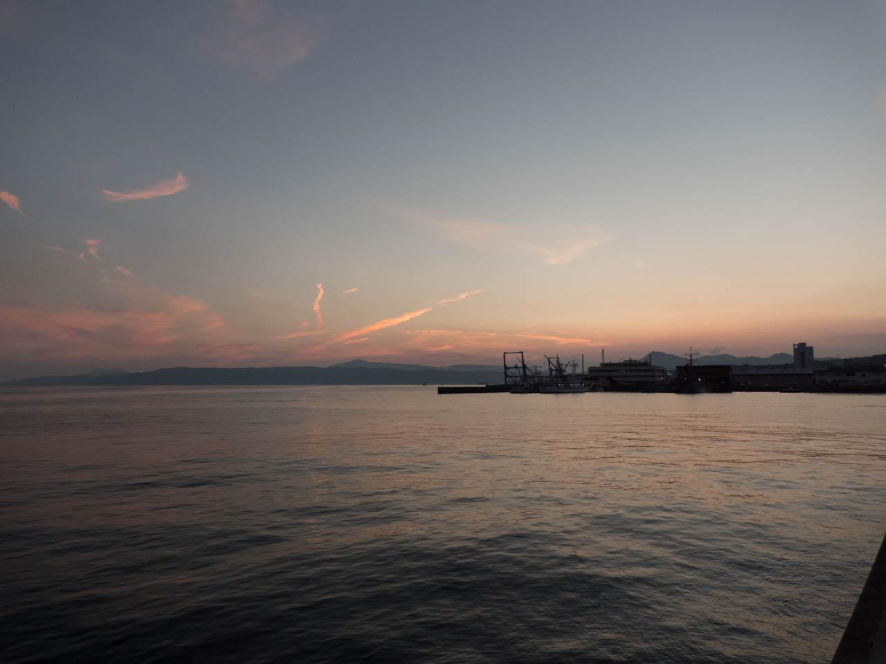 港を眺める