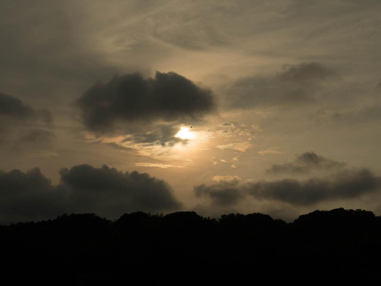 夕陽は朧な雲に包まれ