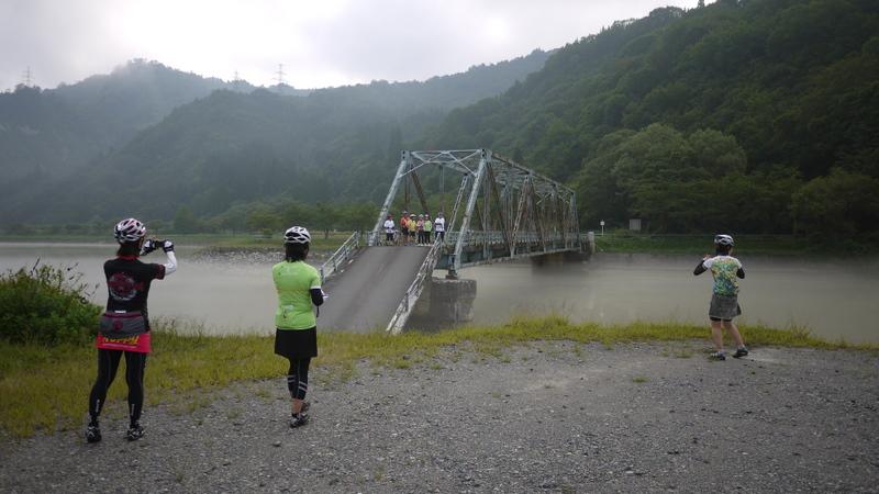 橋さえも流されている