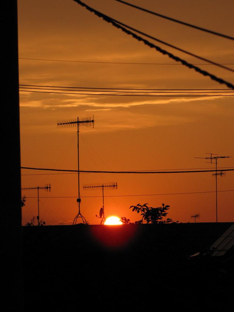 雲が切れて夕日が覗いたところ