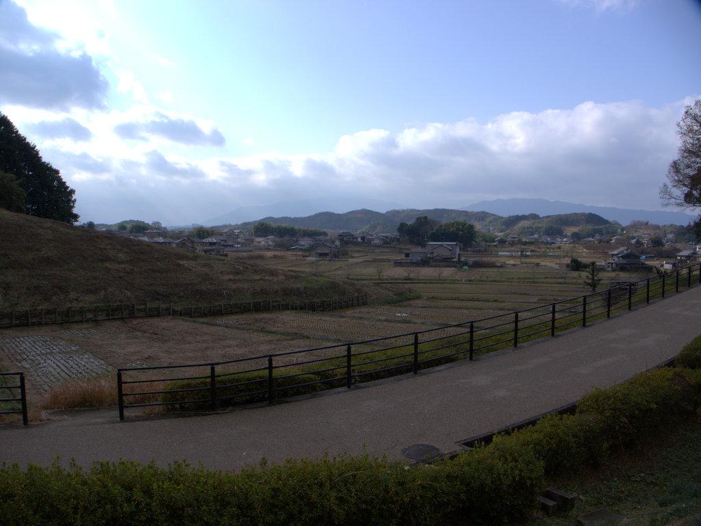 古墳を取り囲む丘陵地を込みで公園化