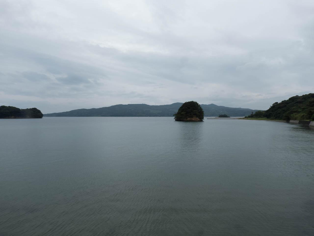 対岸に半島が見えている