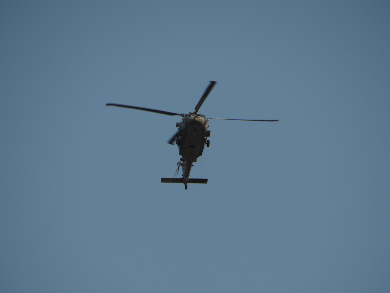 頭上を通過してゆくUH-60