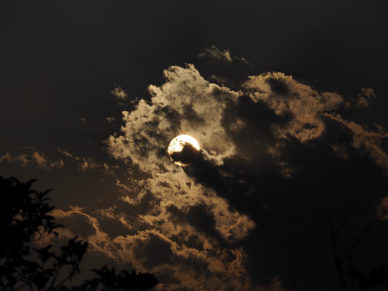 雲から太陽が顔を出す瞬間