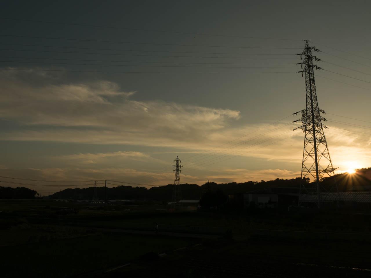 陽は低い丘陵上に消えてゆく