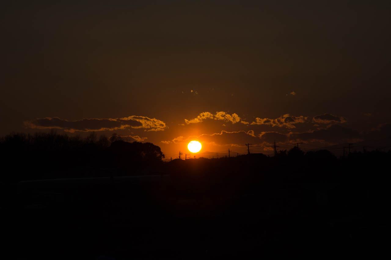 陽は瀬谷の河岸段丘の上に落ちてゆく