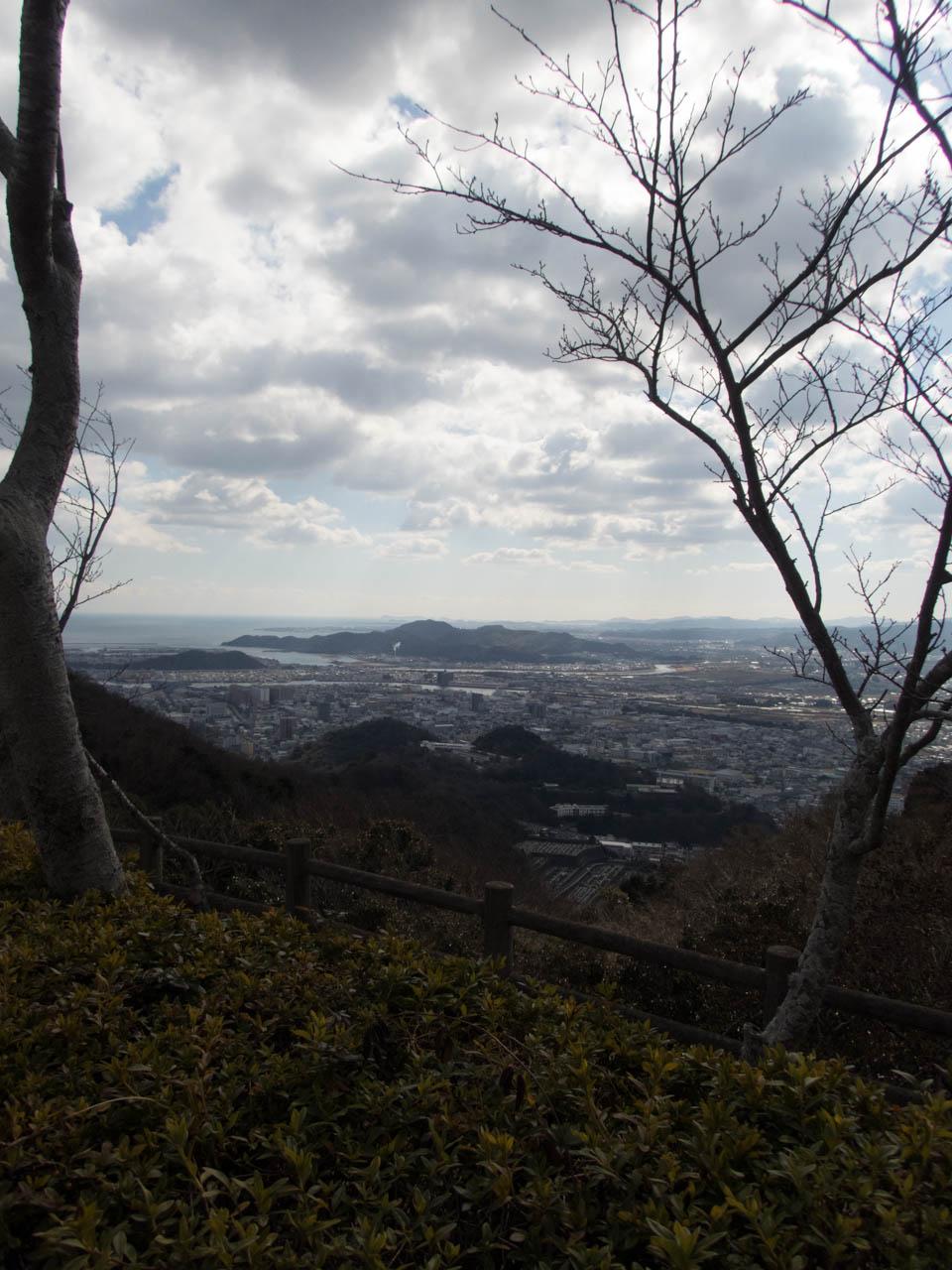 徳島市街地と、その向こうにある海がよく見渡せる
