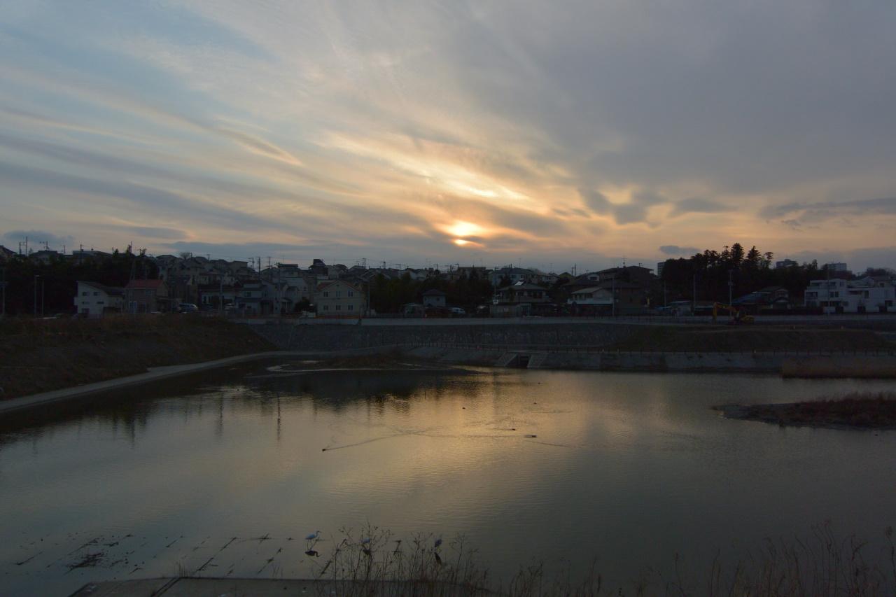 湘南台の遊水池に沈む夕日
