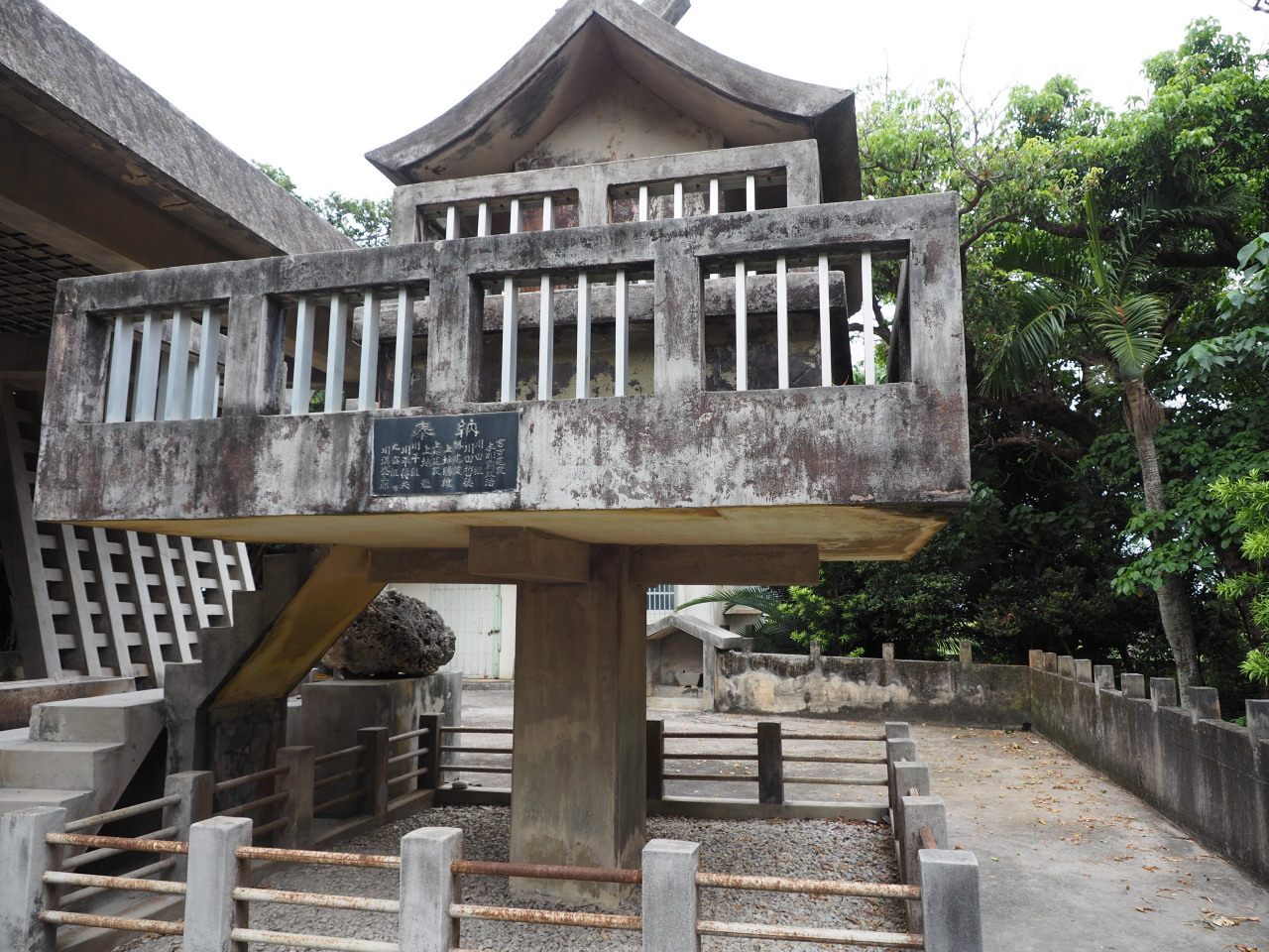 コンクリート造りの、なんとなく本土の神道の影響をうかがわせる形式の社