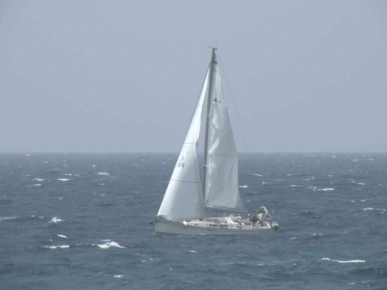 沖合のヨット