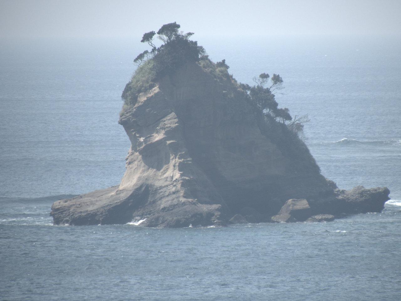 遠浅の沖合に楽しげな島影