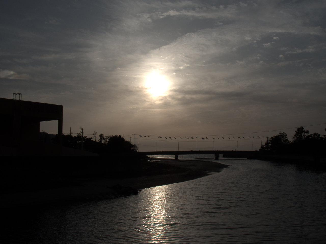 河口で夕日を見送る