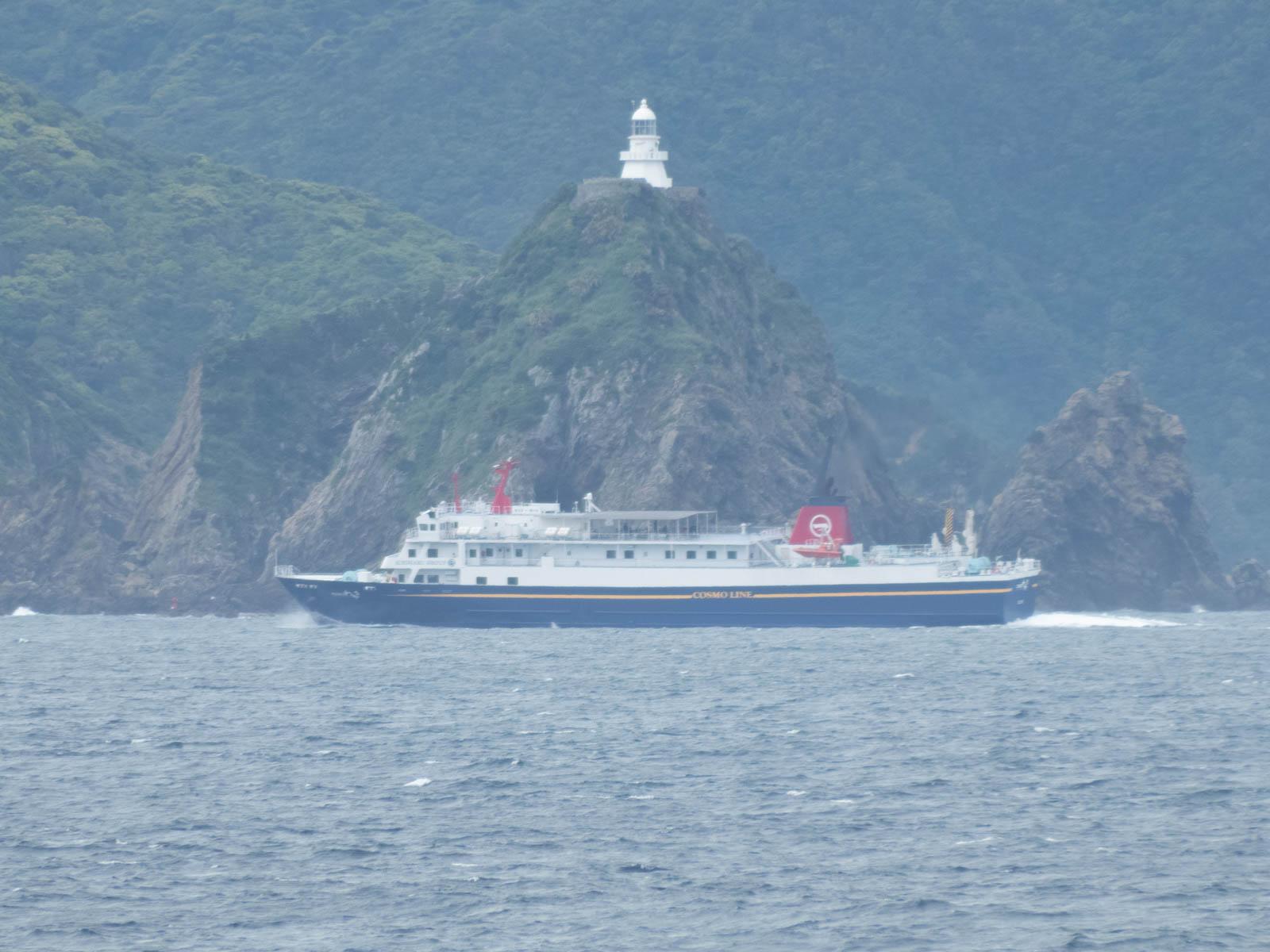 種子島航路の船がちょうど真ん前に来た