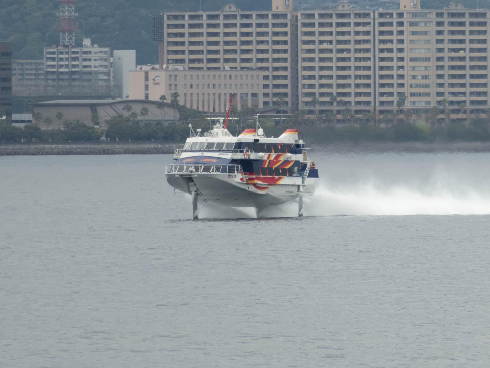 高速船に追い抜かれる