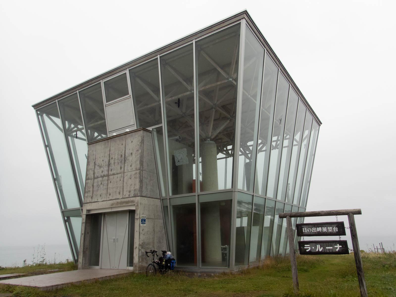 ガラス張りの立派な展望台