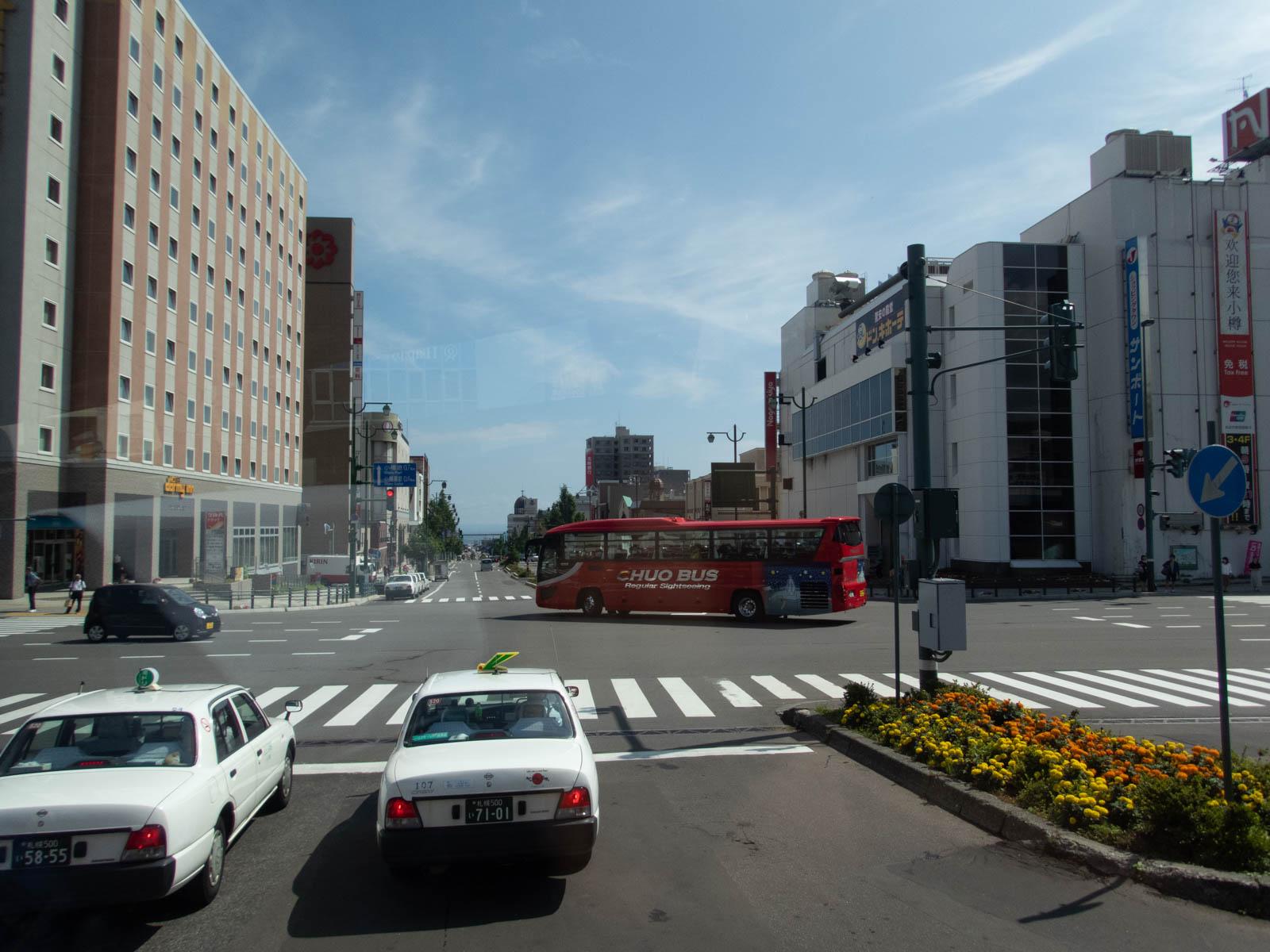 駅前にも頻繁に長距離バスが発着する